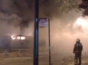 Arden los furgones de la policía.
